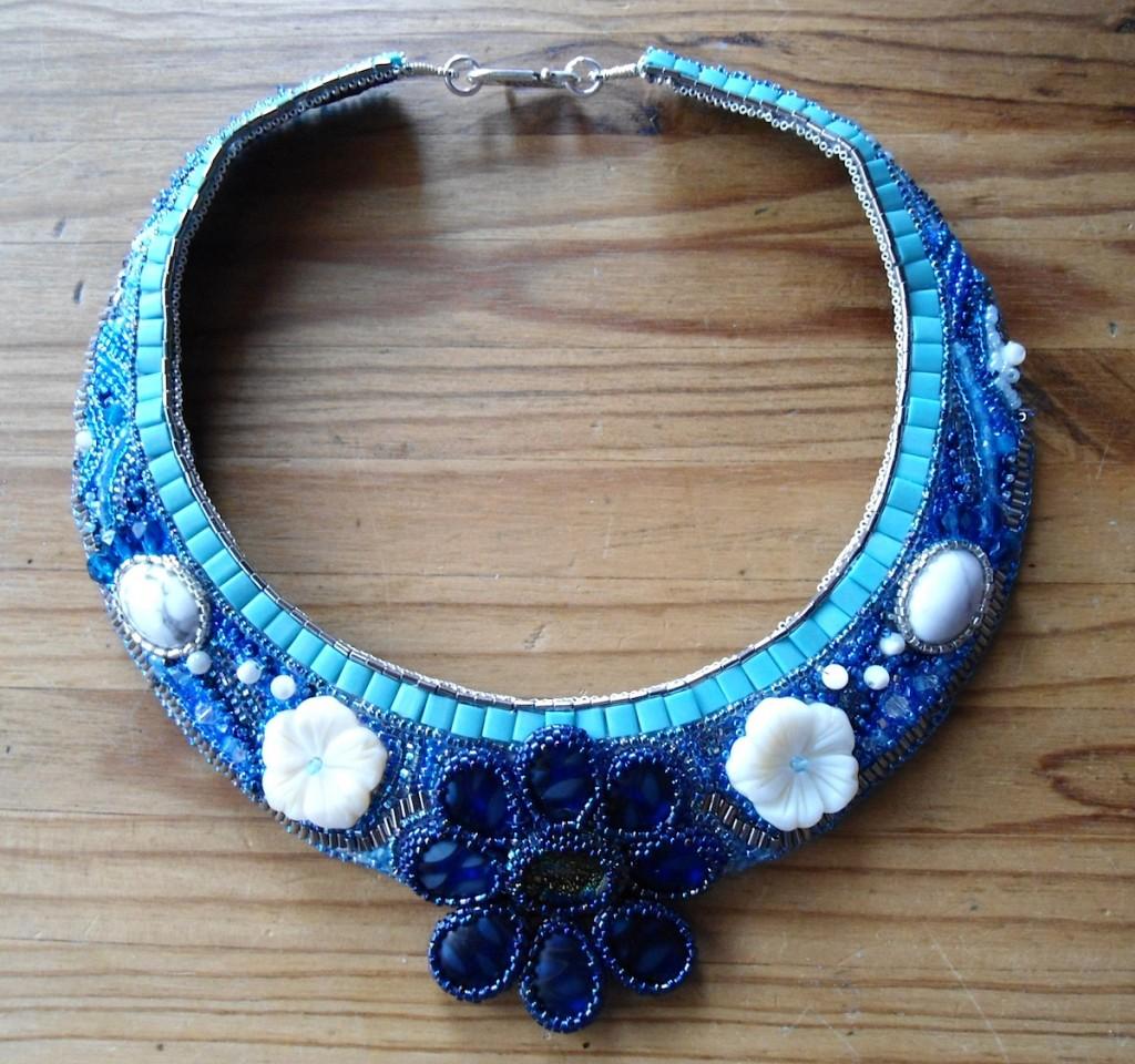 Le collier bleu brodé par Isab.L