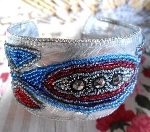 Le bracelet cuir brodé de perles