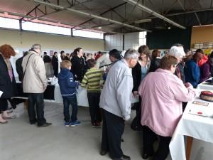 La foule autour du stand broderie d'art