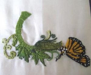 Un papillon posé sur une branche