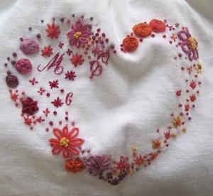 Un cœur ravissant en broderie au ruban et points de nœuds