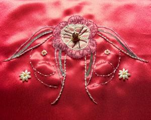 Fleur sur satin rouge