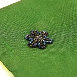 Fleur brodée en perles noires lopho